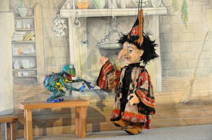Bühnenbild, Bühnenmalerei und Requisiten für das Topolino Figurentheater, Stück Räuber Hotzenplotz,Szene Zauberküche von  Atelier Werkall,2008