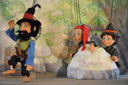 Bühnenbild, Bühnenmalerei und Requisiten für das Topolino Figurentheater, Stück Räuber Hotzenplotz,Szene Räuberhöhle von  Atelier Werkall, 2008