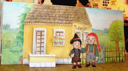 Bühnenbild, Bühnenmalerei und Requisiten für das Topolino Figurentheater, Stück Räuber Hotzenplotz,Szene Großmutters Haus von  Atelier Werkall,2008